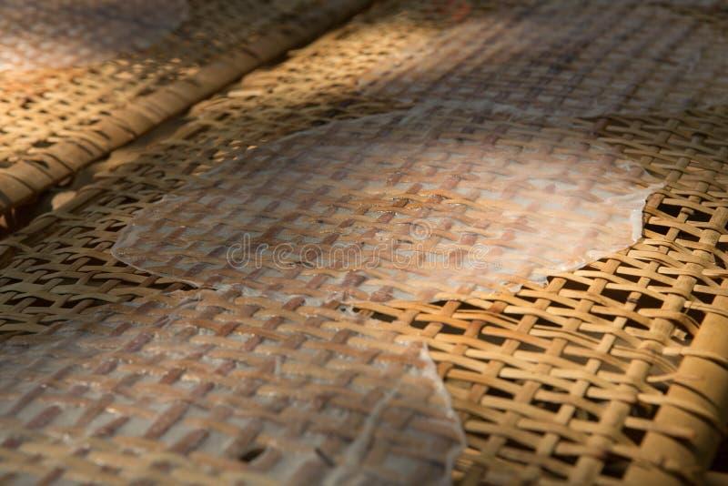 Secando o papel de arroz vietnamiano sob Sun no delta de Mekong fotos de stock