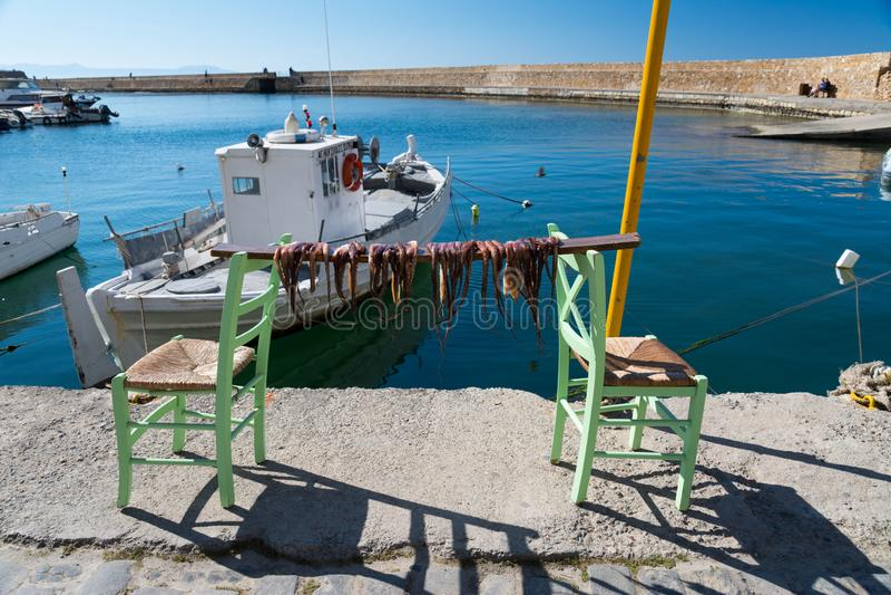 Secando os braços do polvo em uma Creta de pesca de Chania, Grécia fotografia de stock