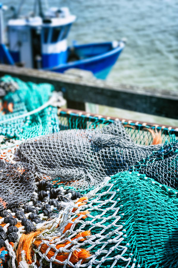 Secando redes de pesca no porto imagem de stock