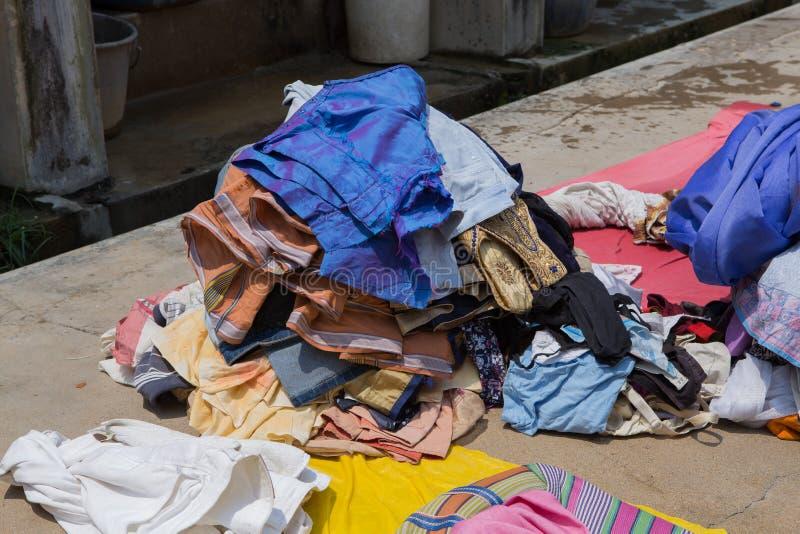 Secando a roupa em um servi?o de lavanderia da lavagem da m?o em india fotos de stock royalty free