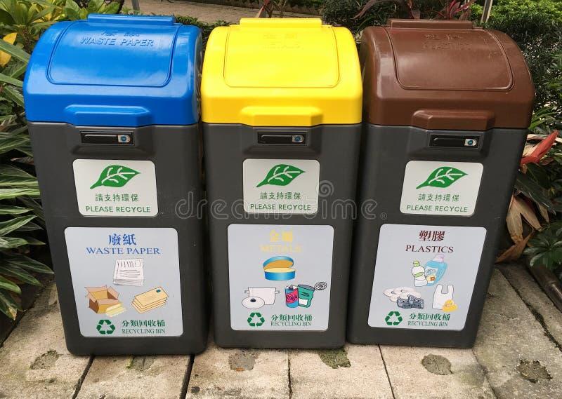 Secchi della spazzatura per i generi differenti di immondizia fotografia stock
