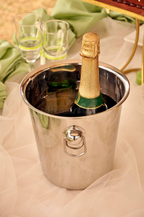 Secchiello del ghiaccio con Champagne immagini stock