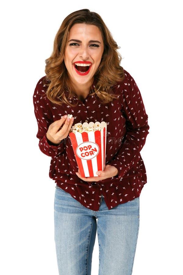 Secchio casuale di risata della tenuta della ragazza con popcorn fotografie stock