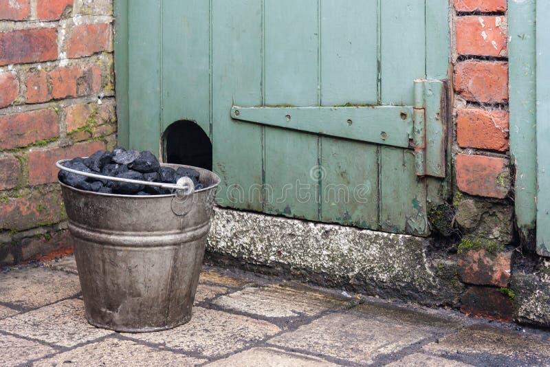 Secchio con carbone in cortile immagini stock libere da diritti