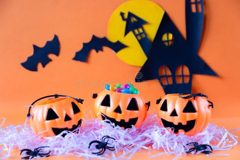 Secchio della lanterna di Halloween Jack o con il castello frequentato della casa fotografia stock libera da diritti