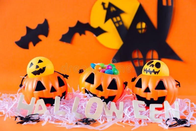 Secchio della lanterna di Halloween Jack o con il castello frequentato della casa fotografia stock