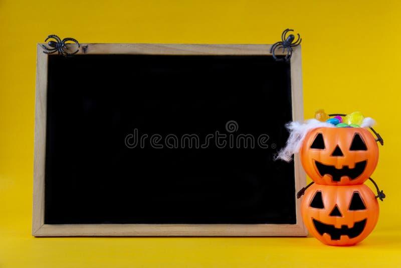 Secchio della lanterna di Halloween Jack o e lavagna in bianco sulla b gialla immagini stock