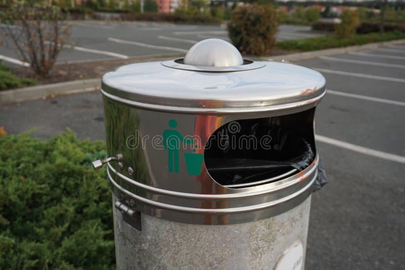 Secchio della spazzatura pubblico immagine stock
