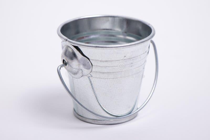 Secchio di acqua su un fondo bianco fotografia stock libera da diritti