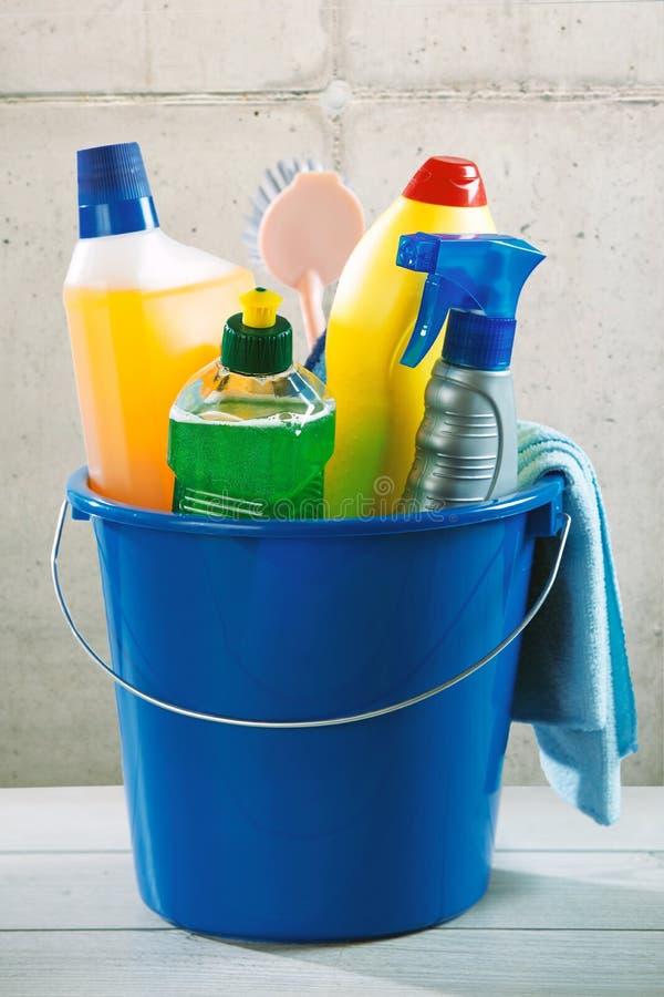 Secchio di plastica blu riempito di rifornimenti di pulizia immagine stock