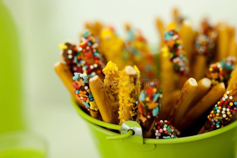 secchio verde con i dolci fotografie stock