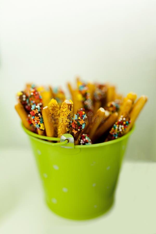 secchio verde con i dolci immagine stock libera da diritti