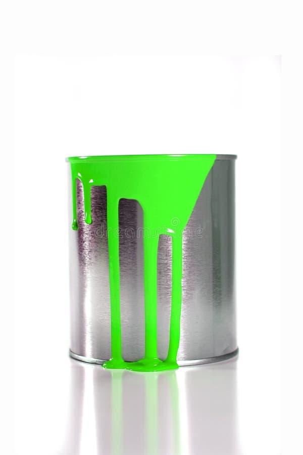 Secchio verde sudicio della vernice fotografia stock