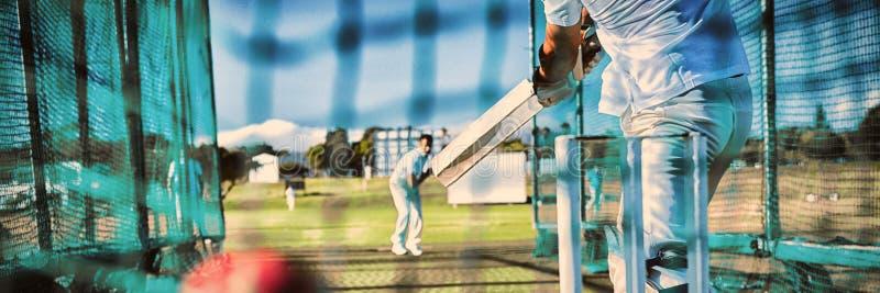 Sección baja del deportista que juega al grillo en el campo imagen de archivo libre de regalías