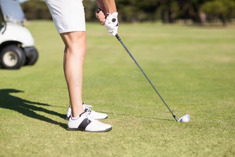 Sección baja del hombre joven que juega a golf foto de archivo libre de regalías