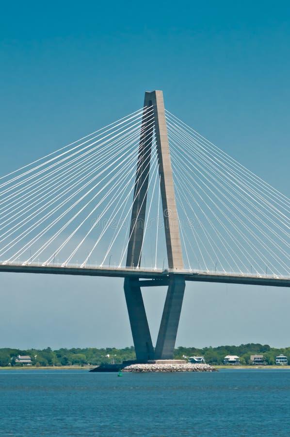 sección Cabble-permanecida del puente sobre un río fotos de archivo libres de regalías