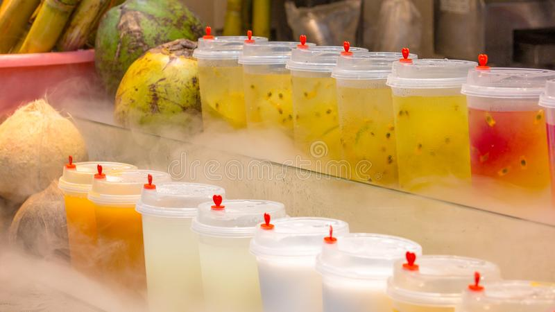 Sección de jugos recién preparados de las frutas tropicales foto de archivo libre de regalías