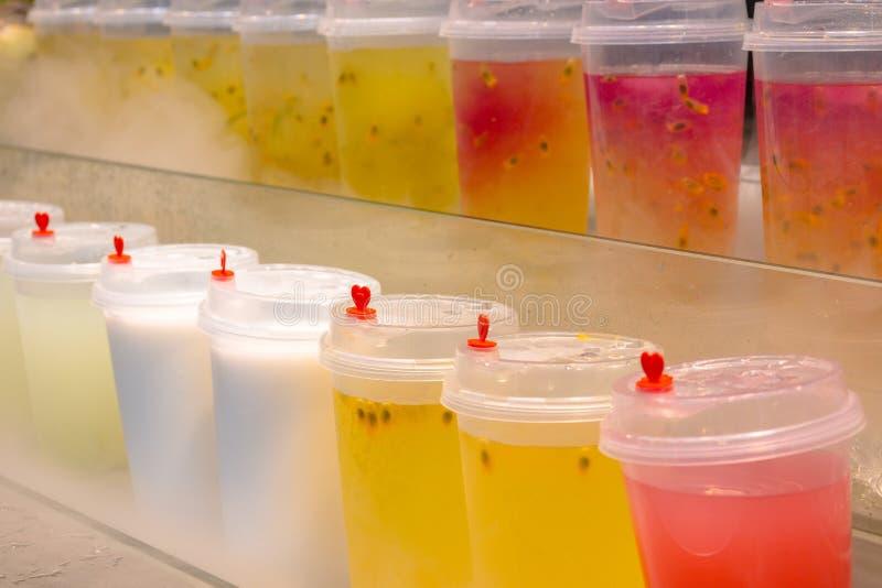 Sección de jugos recién preparados de las frutas tropicales fotografía de archivo