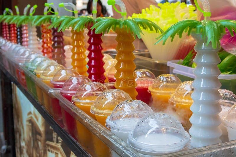 Sección de jugos recién preparados de las frutas tropicales en contador del escaparate fotos de archivo libres de regalías