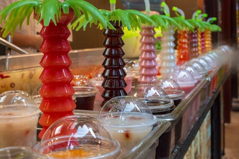 Sección de jugos recién preparados de las frutas tropicales en contador del escaparate fotos de archivo