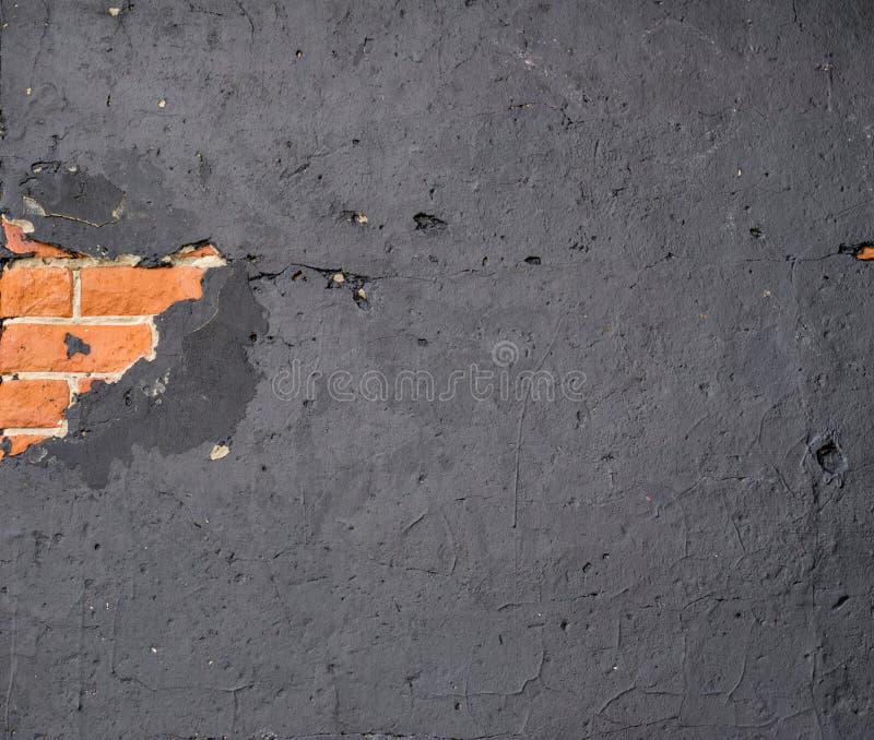 Sección de la pared dañada Ladrillo que revela debajo fotografía de archivo libre de regalías