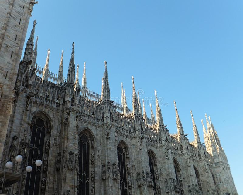 Sección de los di Milano del Duomo: chapiteles delgados que se colocan altos sobre la catedral gótica magnífica con sus paredes d imagen de archivo