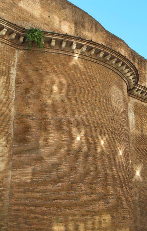 Sección de una pared de ladrillo histórica vieja en Roma, con los rayos solares reflejados del edificio enfrente de crear modelos fotos de archivo libres de regalías
