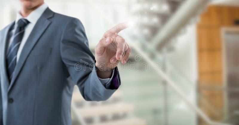 Sección del hombre de negocios mediados de con la llamarada contra las escaleras borrosas foto de archivo libre de regalías