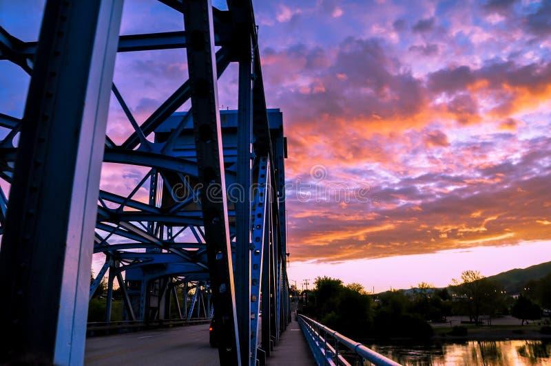 Sección del puente azul de Lewiston - de Clarkston contra el cielo crepuscular vibrante en la frontera de los estados de Idaho y  imagen de archivo libre de regalías
