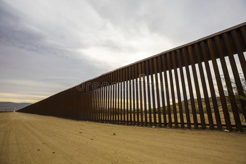 Sección larga de la pared de la frontera de Estados Unidos con México fotos de archivo libres de regalías