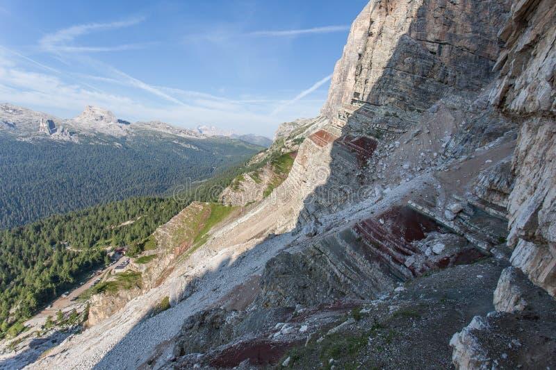 Sección vía de Ferrata Astaldi sobre choza de la montaña de Dibona con las rocas triásicas coloridas imagen de archivo