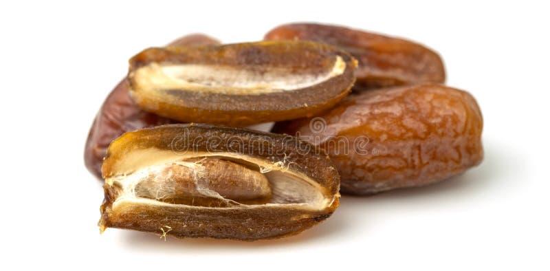 Secco dei frutti dolci della palma da datteri su fondo bianco Le date ? una frutta secca che fornisce l'alta energia immagine stock