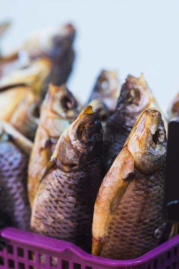 Secco e pesce essiccato sul contatore di piccolo negozio del pesce al mercato degli agricoltori fotografie stock