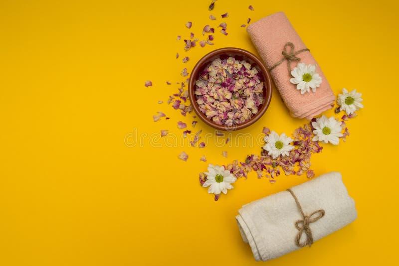 Secco sono aumentato i petali per cura del corpo in acqua immagine stock libera da diritti