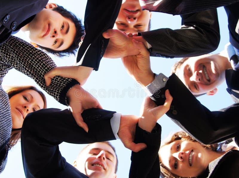 Sechs businesspersons, die ihre Hände zusammenhalten stockfotos