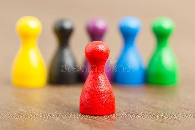 Download Sechs Farbige Pfandgegenstände, Rot In Der Frontseite Stockfoto - Bild von blau, gefärbt: 26362084