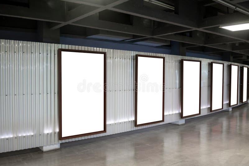Sechs Filmplakatrahmen entlang dem Gehweg in modernem Innenraum-DES stockbild