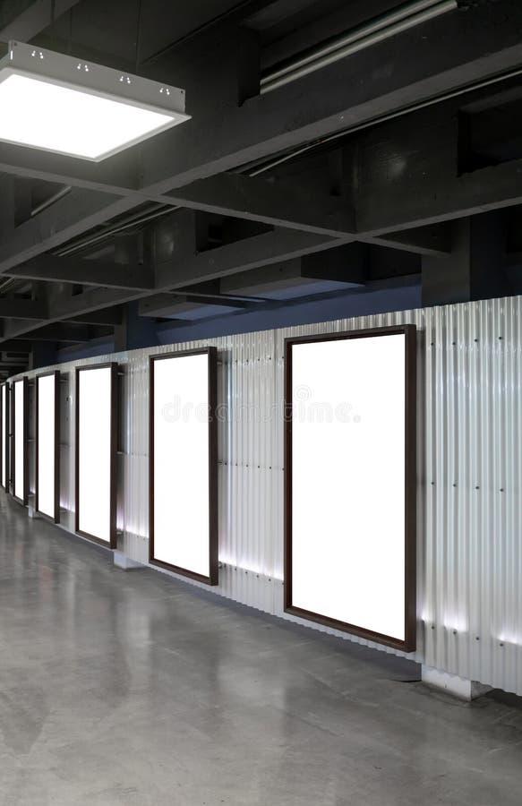 Sechs Filmplakatrahmen entlang dem Gehweg in modernem Innenraum-DES stockbilder