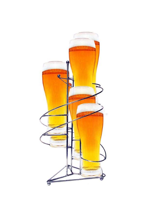 Sechs Gläser Bier auf Standplatz lizenzfreie stockbilder