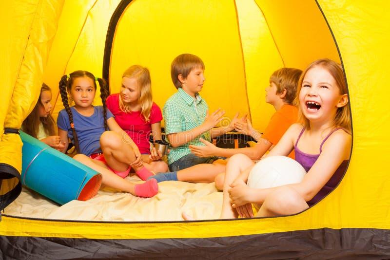 Sechs hübsche Kinder in einem Zelt lizenzfreie stockbilder