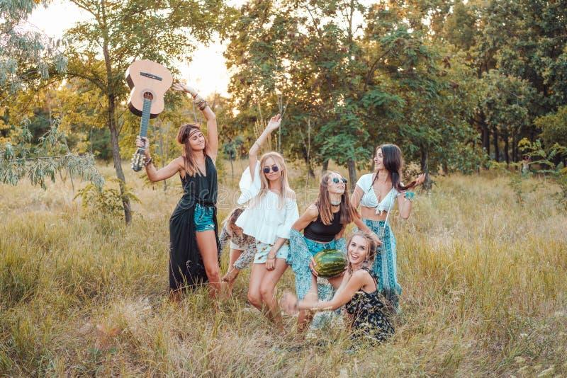 Sechs Mädchen in der Natur haben Spaß lizenzfreie stockfotos