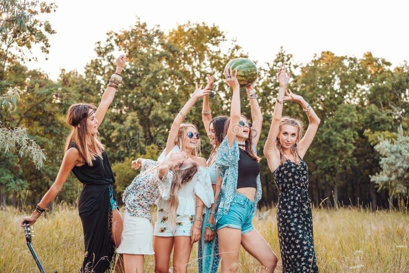 Sechs Mädchen in der Natur haben Spaß lizenzfreies stockfoto