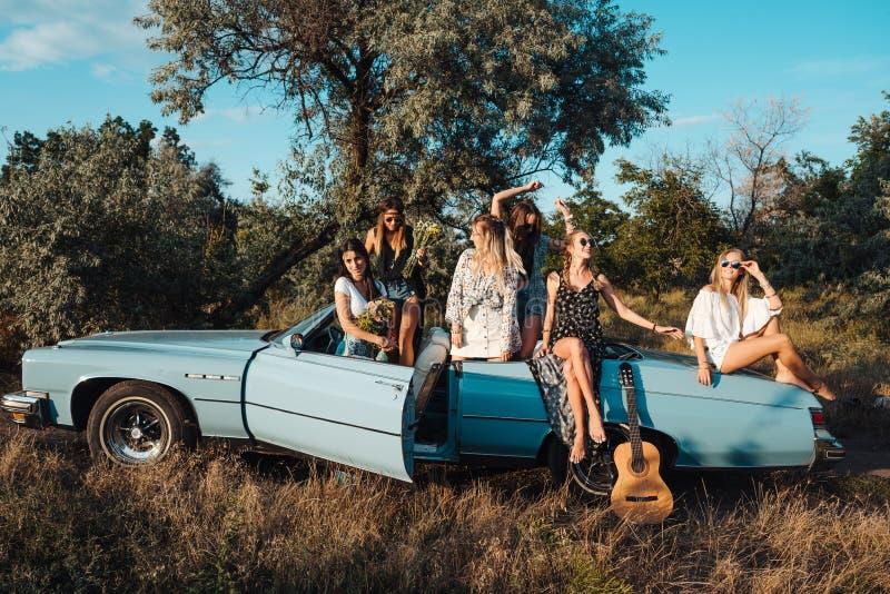 Sechs Mädchen haben Spaß in der Landschaft lizenzfreie stockfotografie