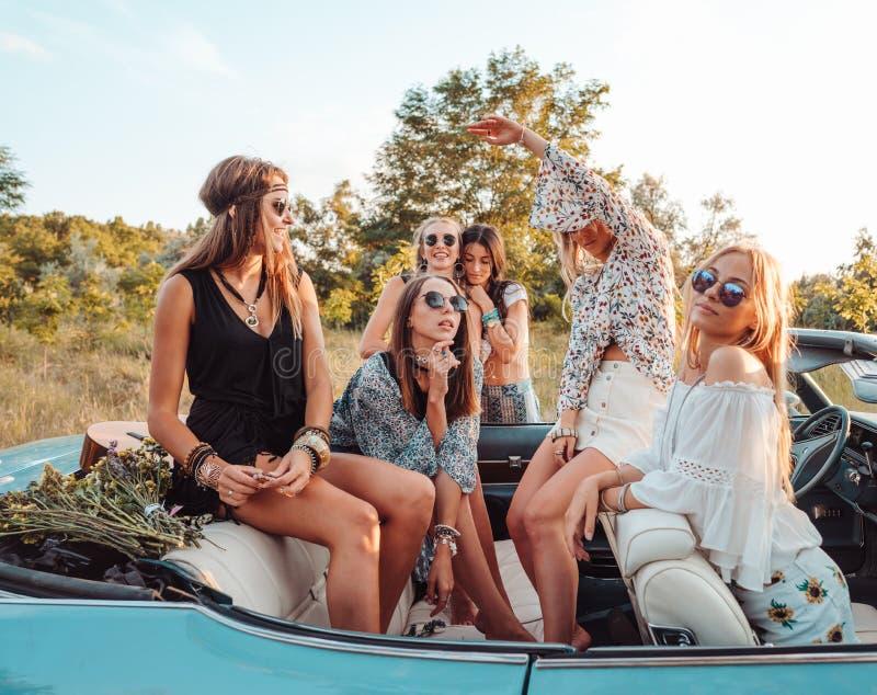 Sechs Mädchen haben Spaß in der Landschaft stockfotos