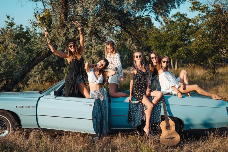 Sechs Mädchen haben Spaß in der Landschaft lizenzfreie stockbilder