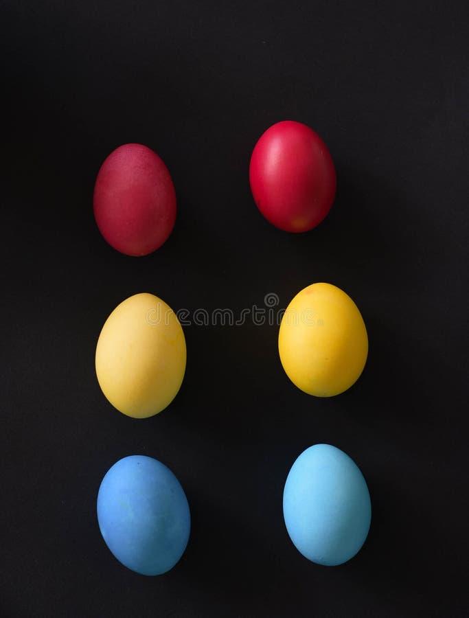 Sechs mehrfarbige Eier lizenzfreies stockbild