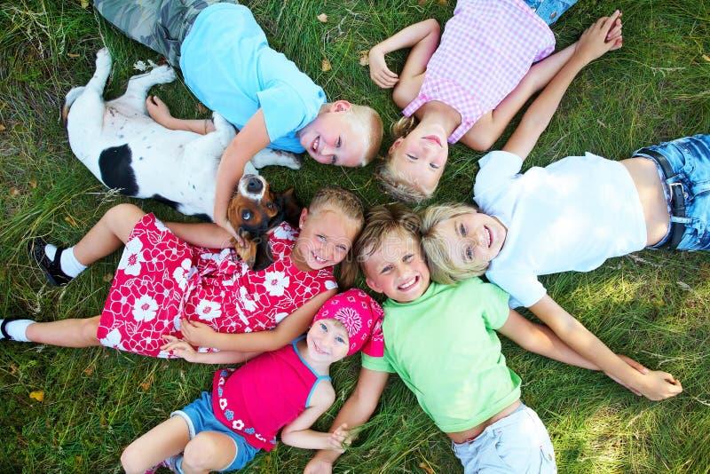 Sechs nette Kinder und Hund lizenzfreie stockfotografie
