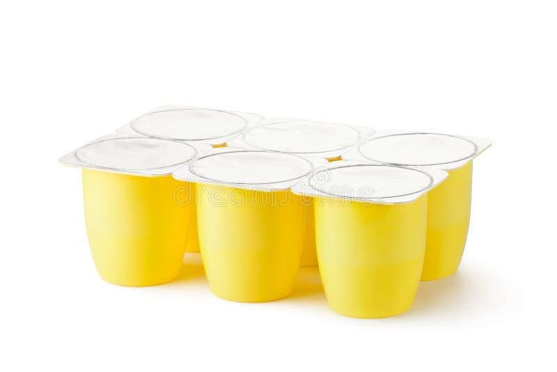 Sechs Plastikbehälter für Milchprodukte stockbild
