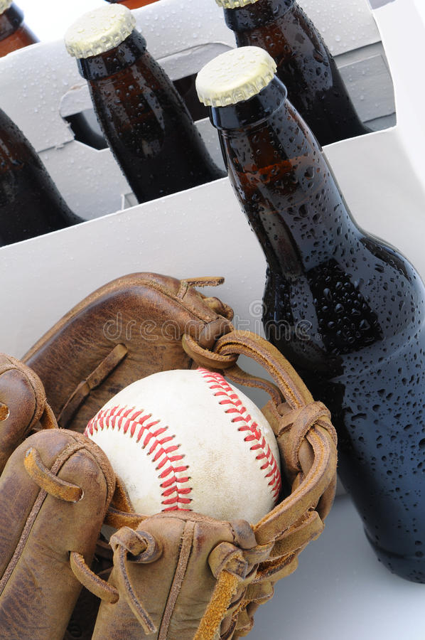 Sechs Satz des Bieres und des Baseballhandschuhs stockbilder