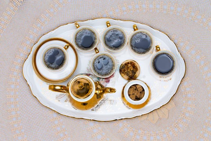 Sechs Schalen türkischer Kaffee gedient auf weißer Tabelle lizenzfreie stockfotografie